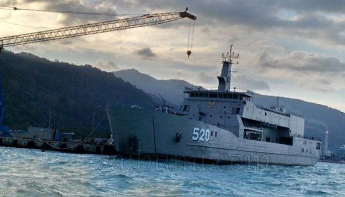 KRI Teluk Bintuni Dalam Proses Finishing dan Uji Layar Pada 21 September 2014